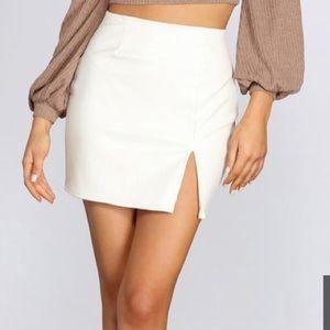 BEBE WHITE MINI SKIRT NWT! Size 8 💕